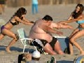 Funny Pictures: Fat Guy Had Trouble on Beach